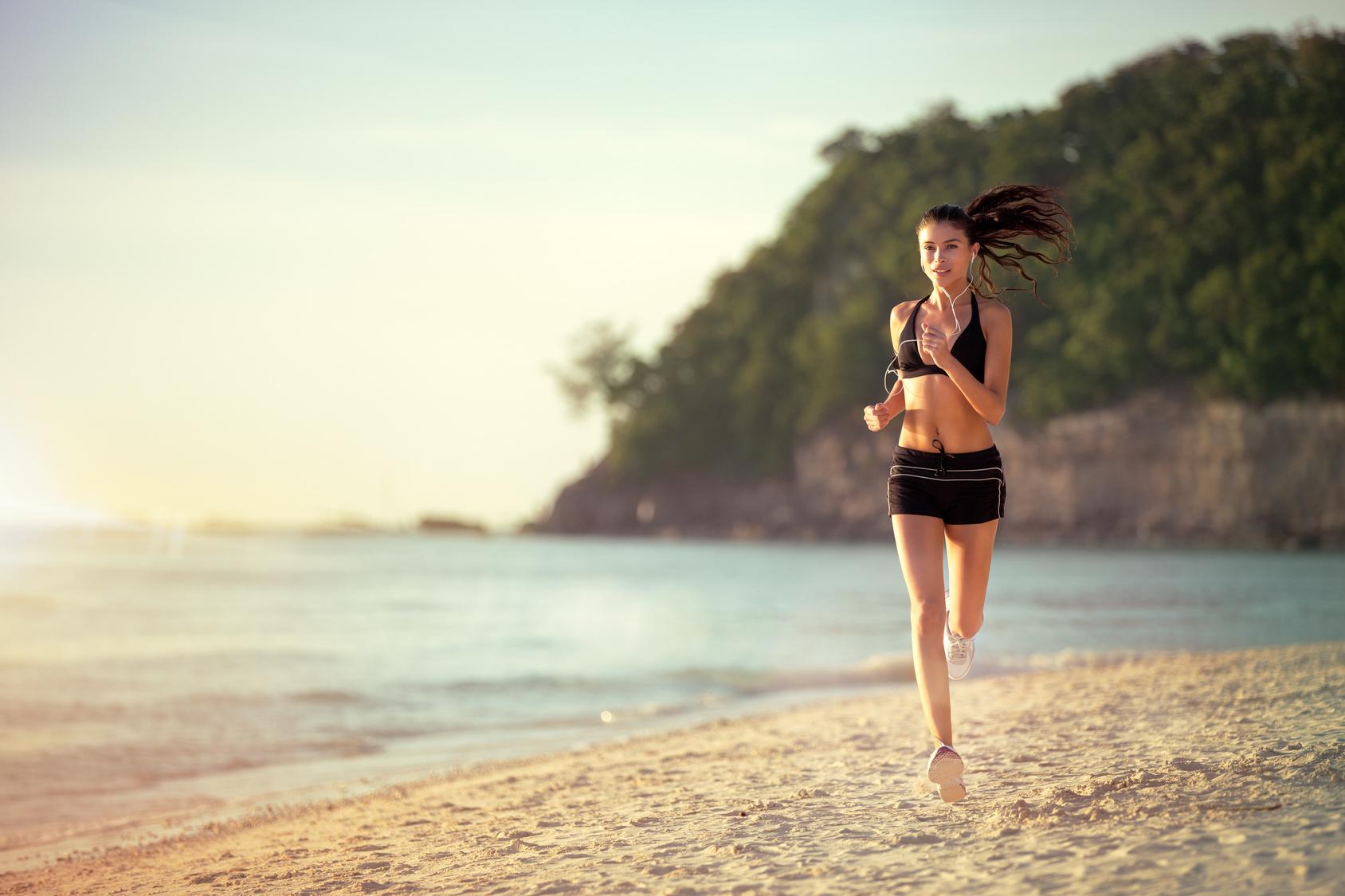 M corriendo playa