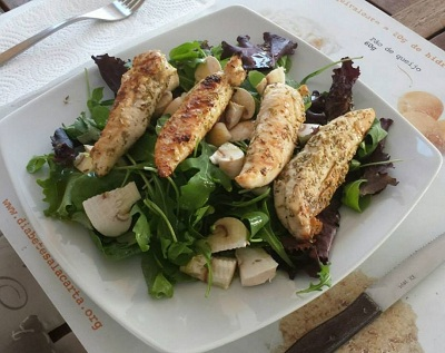 Solomillos pollo plancha rucula champis